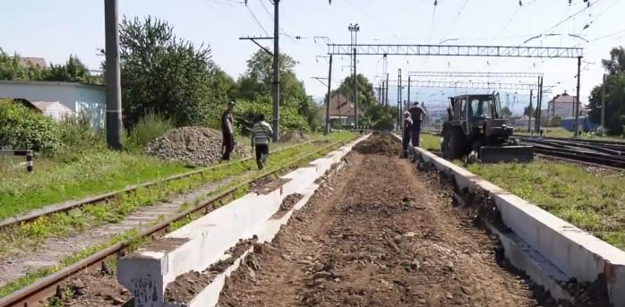 Як у Мукачеві облаштовують платформу для курсування потяга в Будапешт