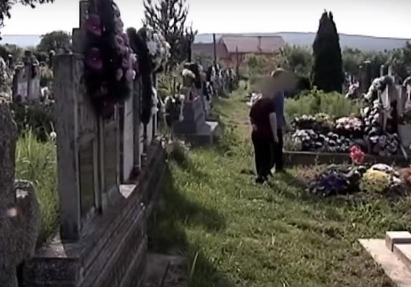 """Журналісти шоу """"Говорить Україна"""" знайшли на ужгородському кладовищі хлопчиків, які не вміють розмовляти"""