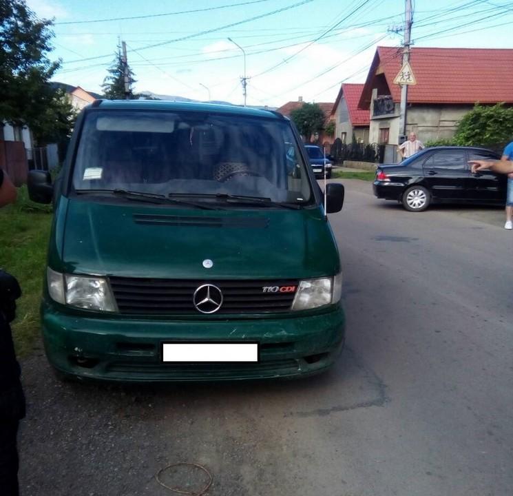 Мікроавтобус в'їхав у легковик
