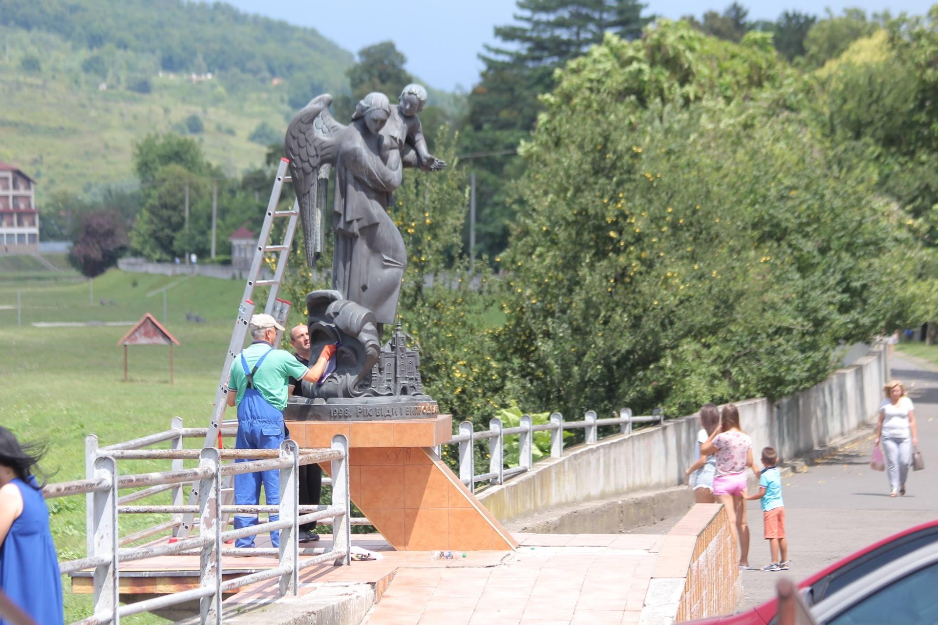 Спаплюжений у Мукачеві пам'ятник відновлять