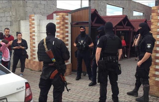 Спецоперація у Мукачеві: ще п'ятеро осіб переховуються