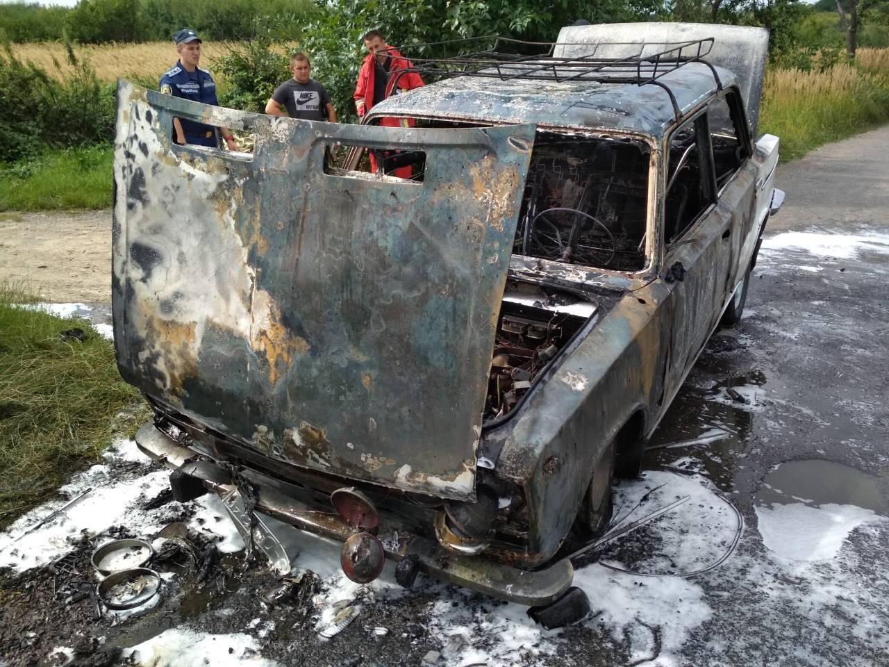 """Неподалік Ужгорода під час руху спалахнули """"Жигулі"""": автівка згоріла вщент"""