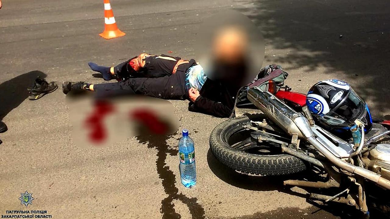 У хлопця була сильна кровотеча: подробиці та фото ДТП в Ужгороді