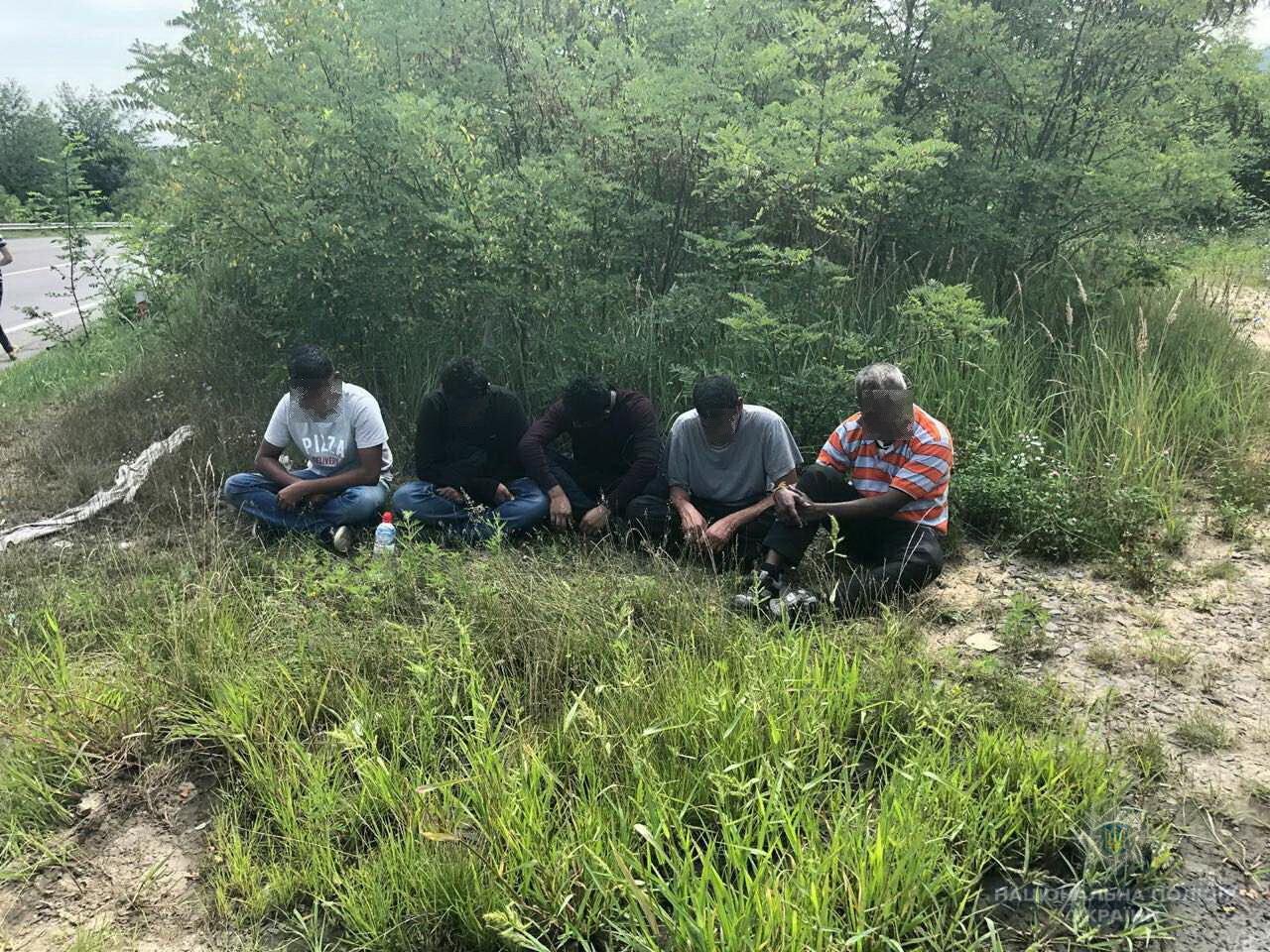 На Ужгородщині правоохоронці затримали переправника нелегальних мігрантів