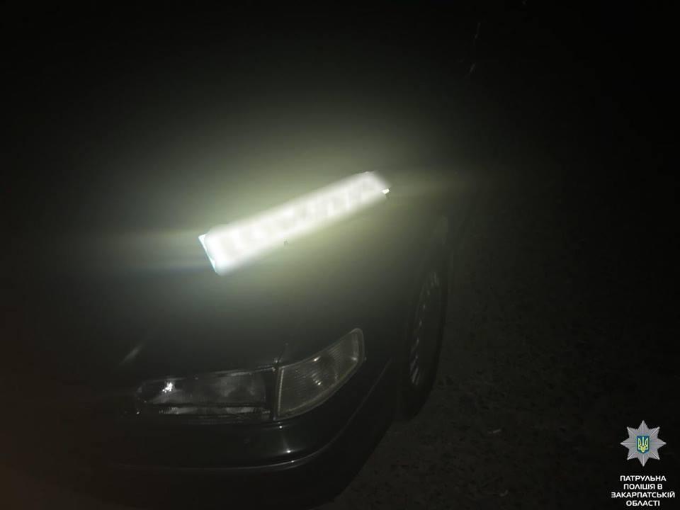 В Ужгороді вночі спіймали чоловіка, що намагався зняти номерний знак із автомобіля