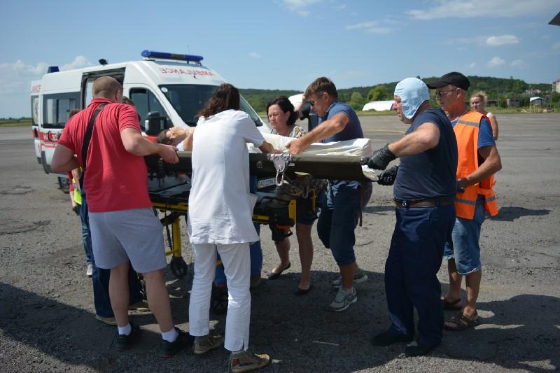 Вертоліт ДСНС транспортував двох вагітних жінок до обласної лікарні в Ужгороді