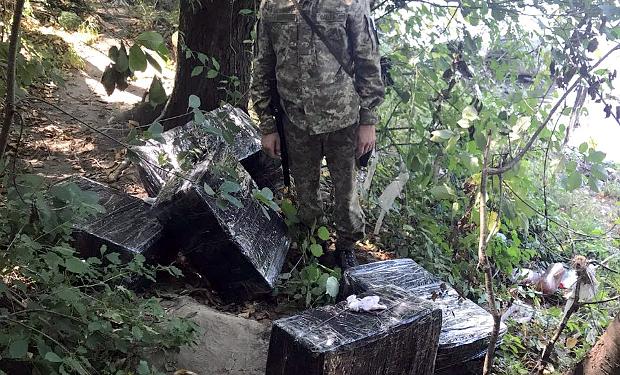 На кордоні з Румунією прикордонники зупинили спробу контрабанди тютюнових виробів