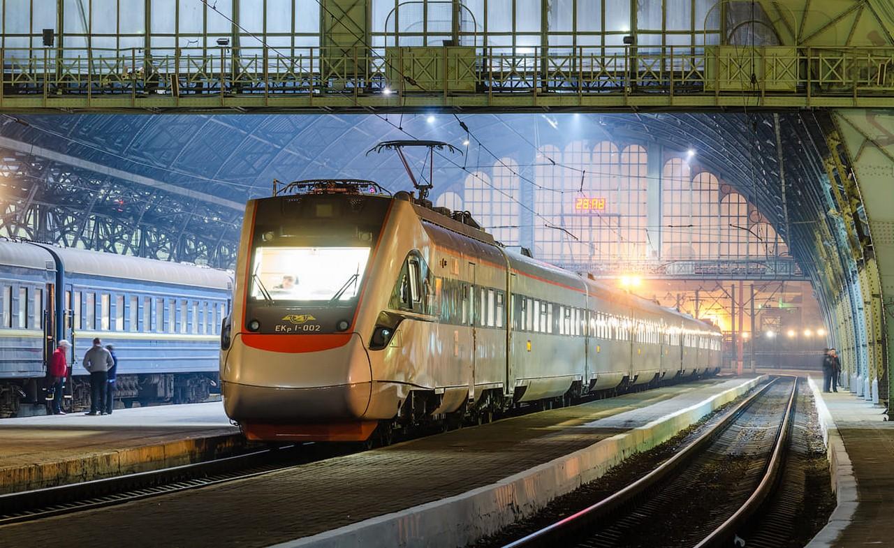 Експериментальна поїздка: зі Львова до Ужгорода вночі проїхала швидкісна електричка