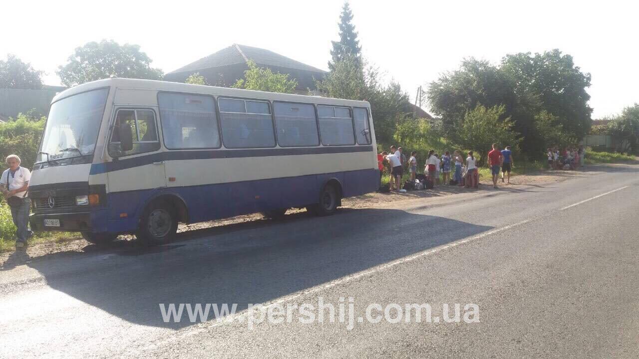 Із автобусом біля одного із сіл Мукачівського району, який віз дітей, сталась неприємна пригода