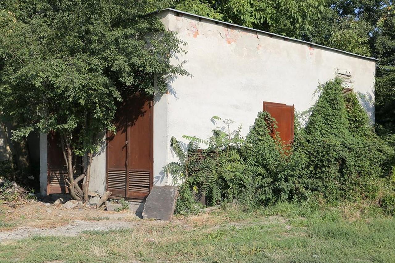 У центральній частині Мукачева демонтують стару будівлю