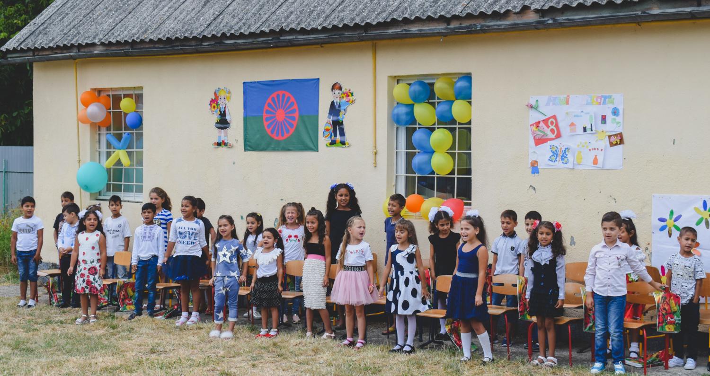 30 ромських дітей в Ужгороді закінчили підготовку до навчання у 1 класі