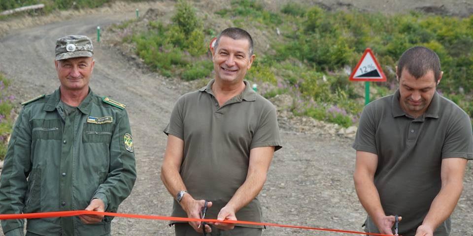 Такого в Україні ще ніде нема: в Закарпатті в лісі облаштували кругове перехрестя