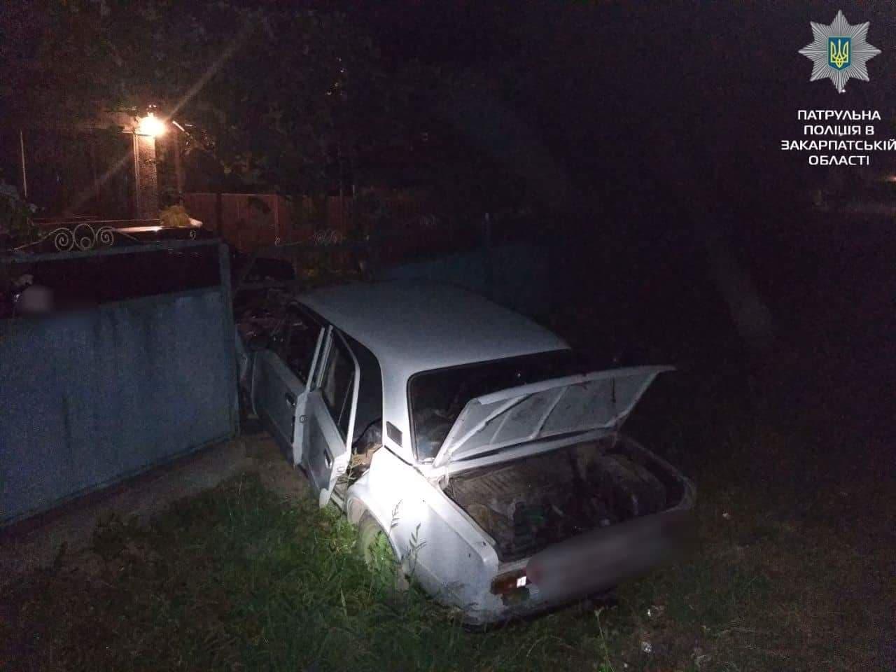 Нічна ДТП: авто з'їхало з дороги і влетіло в огорожу