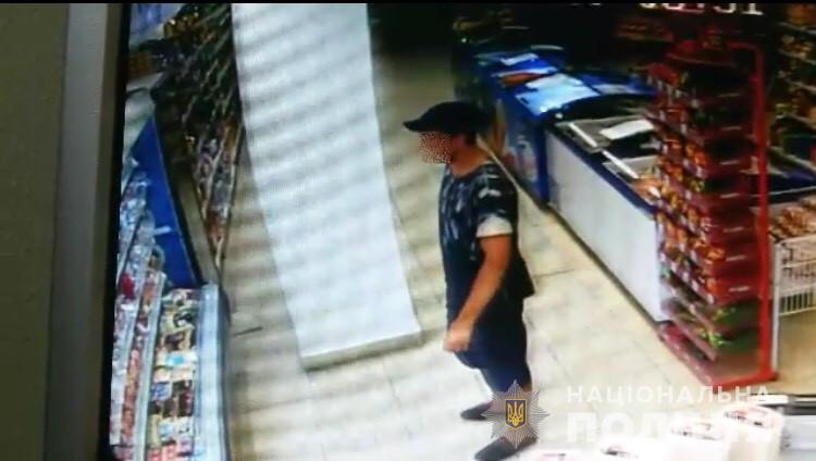 Хлопець обкрадав магазин. Його зафіксували камери відеоспостереження