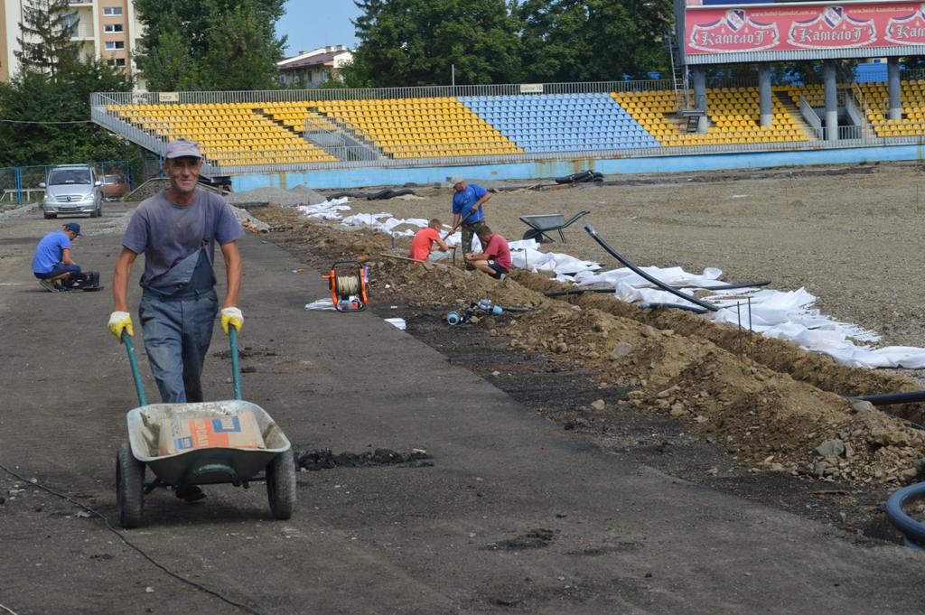 """На """"Авангарді"""" в Ужгороді оновлюють бігові доріжки та трав'яне покриття футбольного поля"""