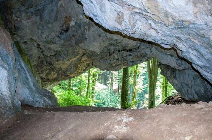 Химерні скелі та неймовірної краси печера: на Закарпатті є унікальна місцина