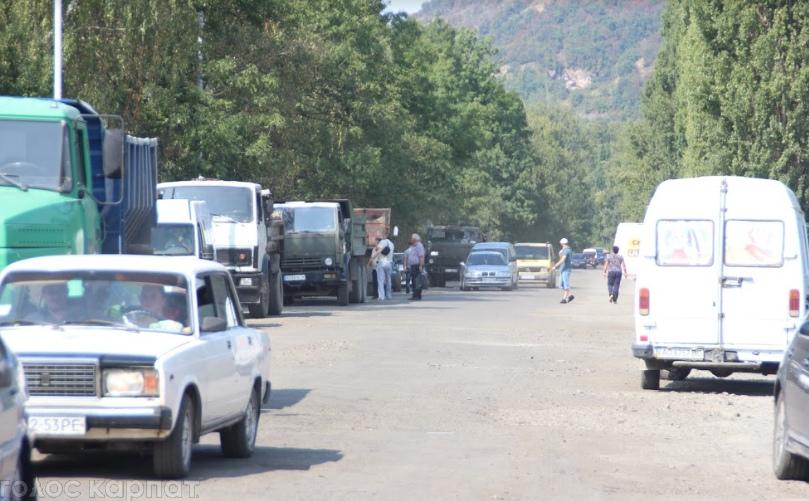 """""""Ми так більше не можемо"""": на Виноградівщині люди перекрили дорогу"""