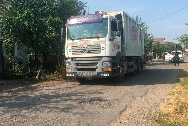 """На Мукачівщині сміттєвоз """"AVE"""" переїхав чоловіка"""
