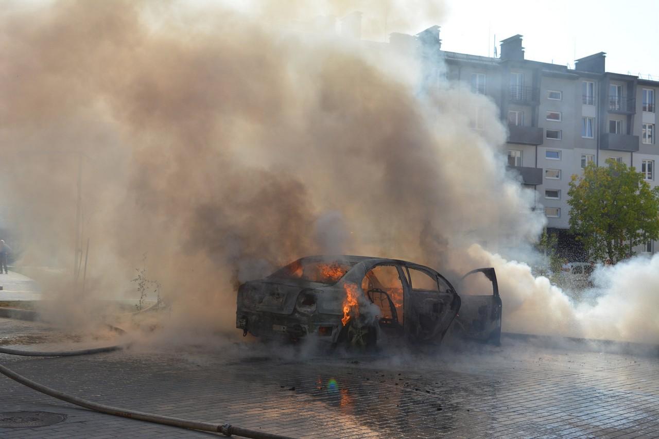 В Ужгороді згорів автомобіль: подробиці від рятувальників