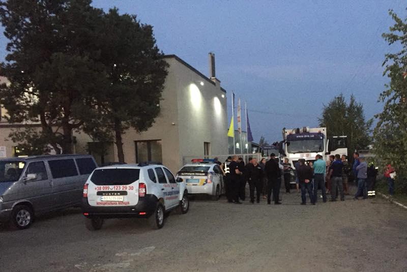 У Мукачеві із самого ранку протести: люди заблокували виїзд з одного із підприємств