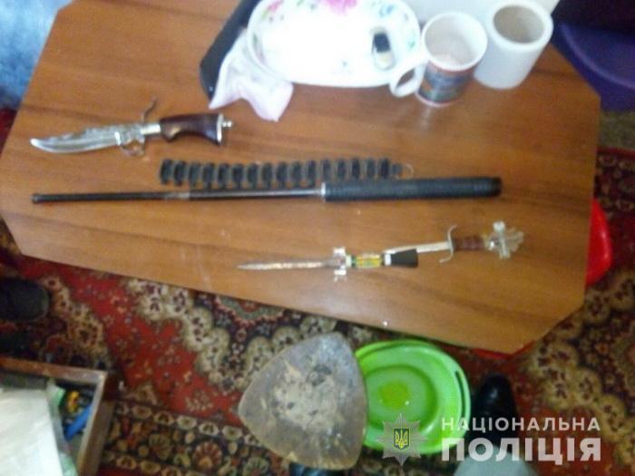 У чоловіка під час обшуку виявили холодну зброю