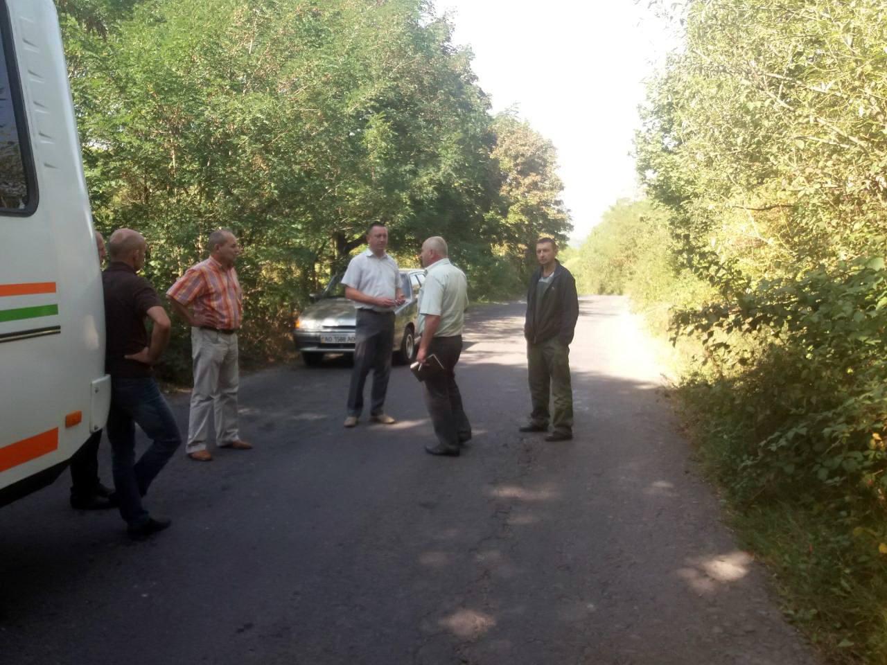 Чиновники оглянули стан проблемної дороги у Мукачівському районі