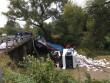 Вантажівка з'їхала у ріку. Водія з машини діставали рятувальники