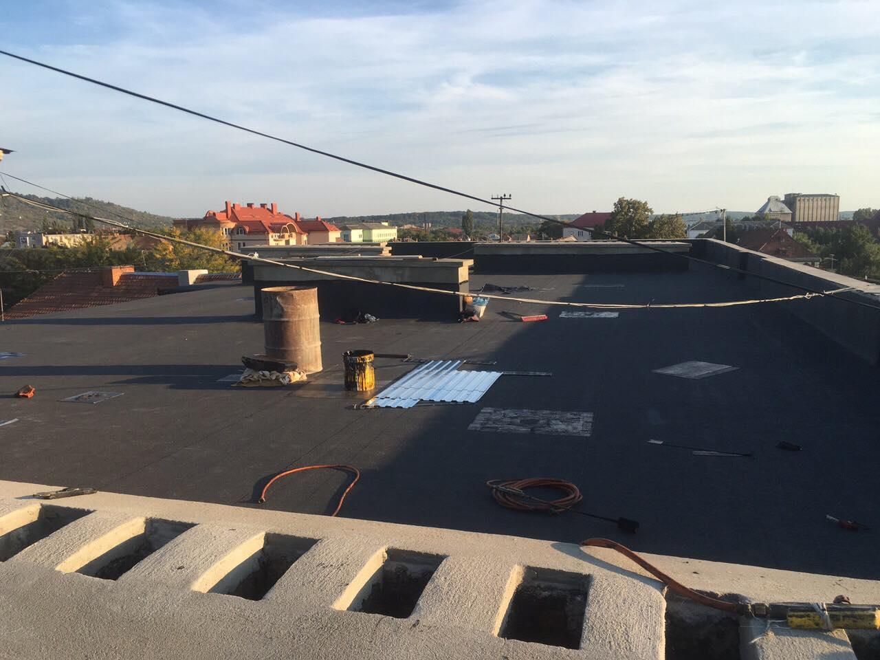 У Мукачеві завершують ремонт даху однієї з багатоповерхівок