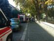 В Ужгороді перекрили одну з вулиць. Приїхали рятувальники, поліцейські та медики