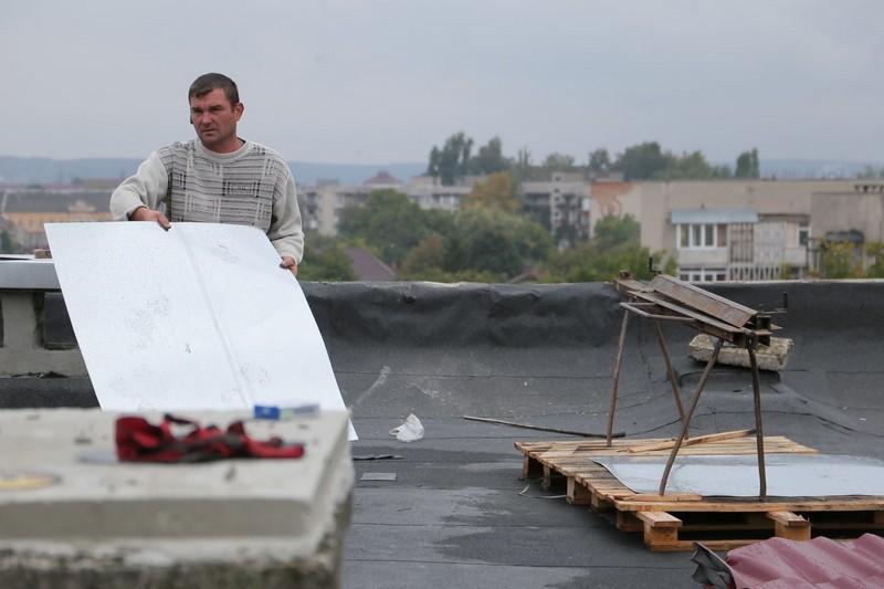 На одній із вулиць Мукачева проводять капремонт даху багатоповерхівки