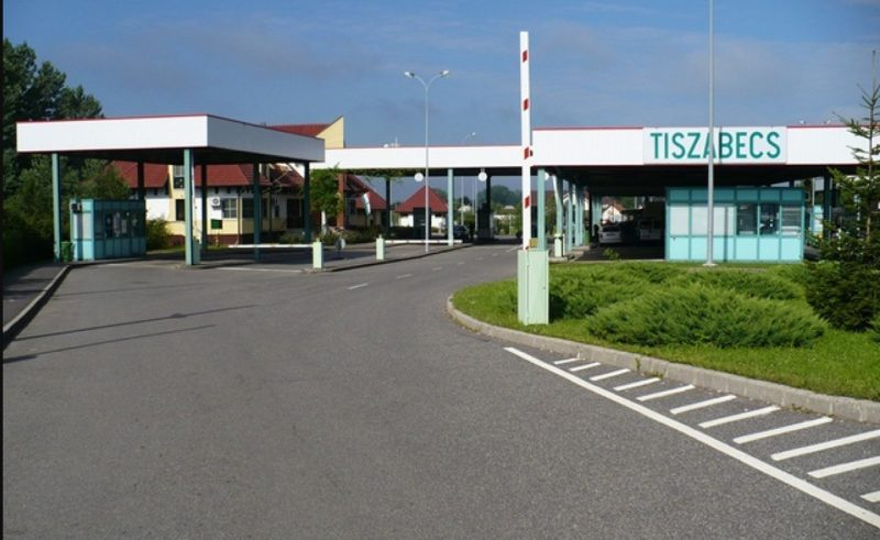 """Поліція Угорщини на кордоні із Закарпаттям затримала іномарку """"Mercedes"""", розшукувану в Італії"""