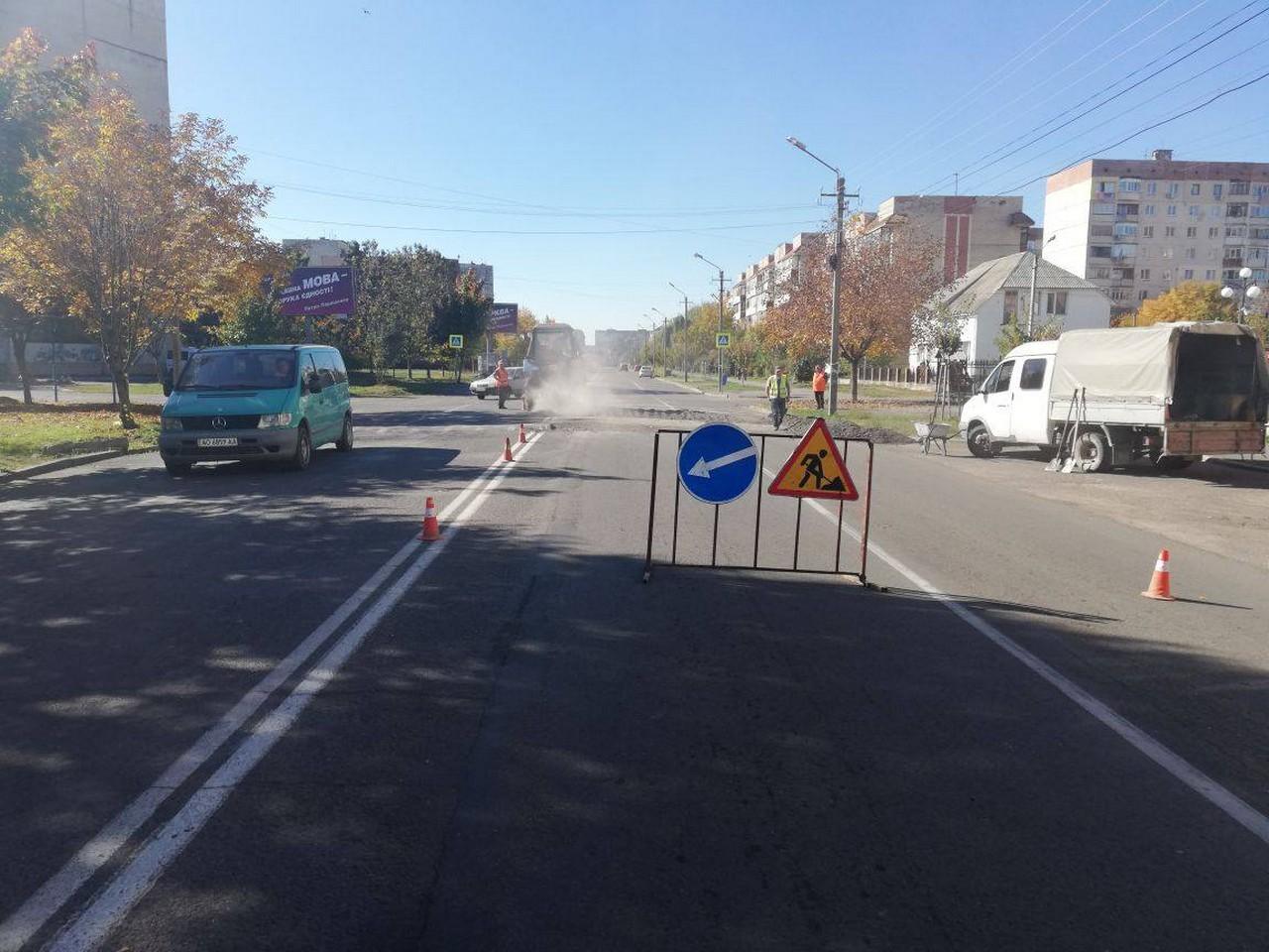 """У Мукачеві на вулиці Росвигіській демонтували """"лежачих поліцейських"""". Незабаром встановлять нові"""