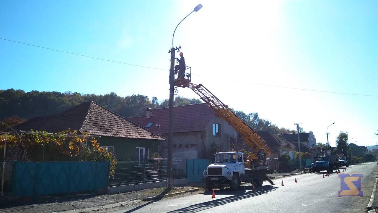 У Мукачеві на вулиці Сорочій бригада електриків усуває наслідки ДТП, яка сталася у понеділок