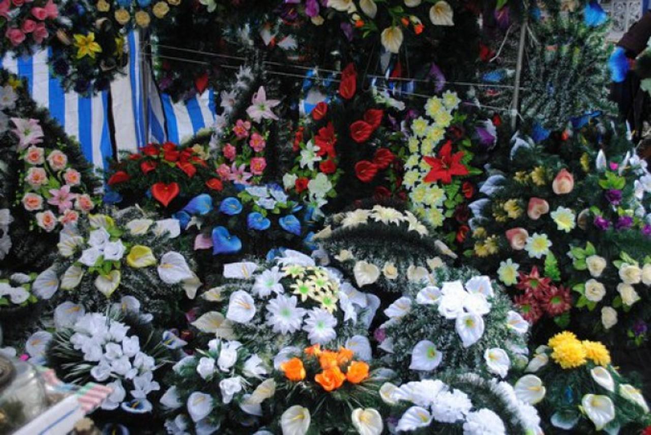 В Ужгороді визначили місця для тимчасової торгівлі квітами та вінками до Дня пам'яті