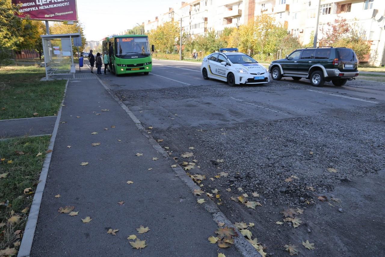 На вулиці Росвигівській у Мукачеві демонтували старі лежачі поліцейські. Незабаром встановлять нові