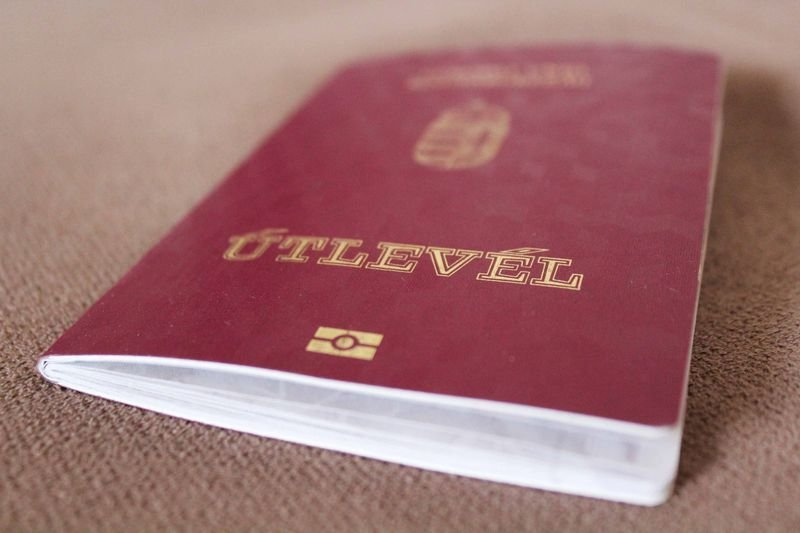 Угорщина не припинила видавати свої паспорти громадянам України, а тільки перенесла урочисту церемонію на свою територію