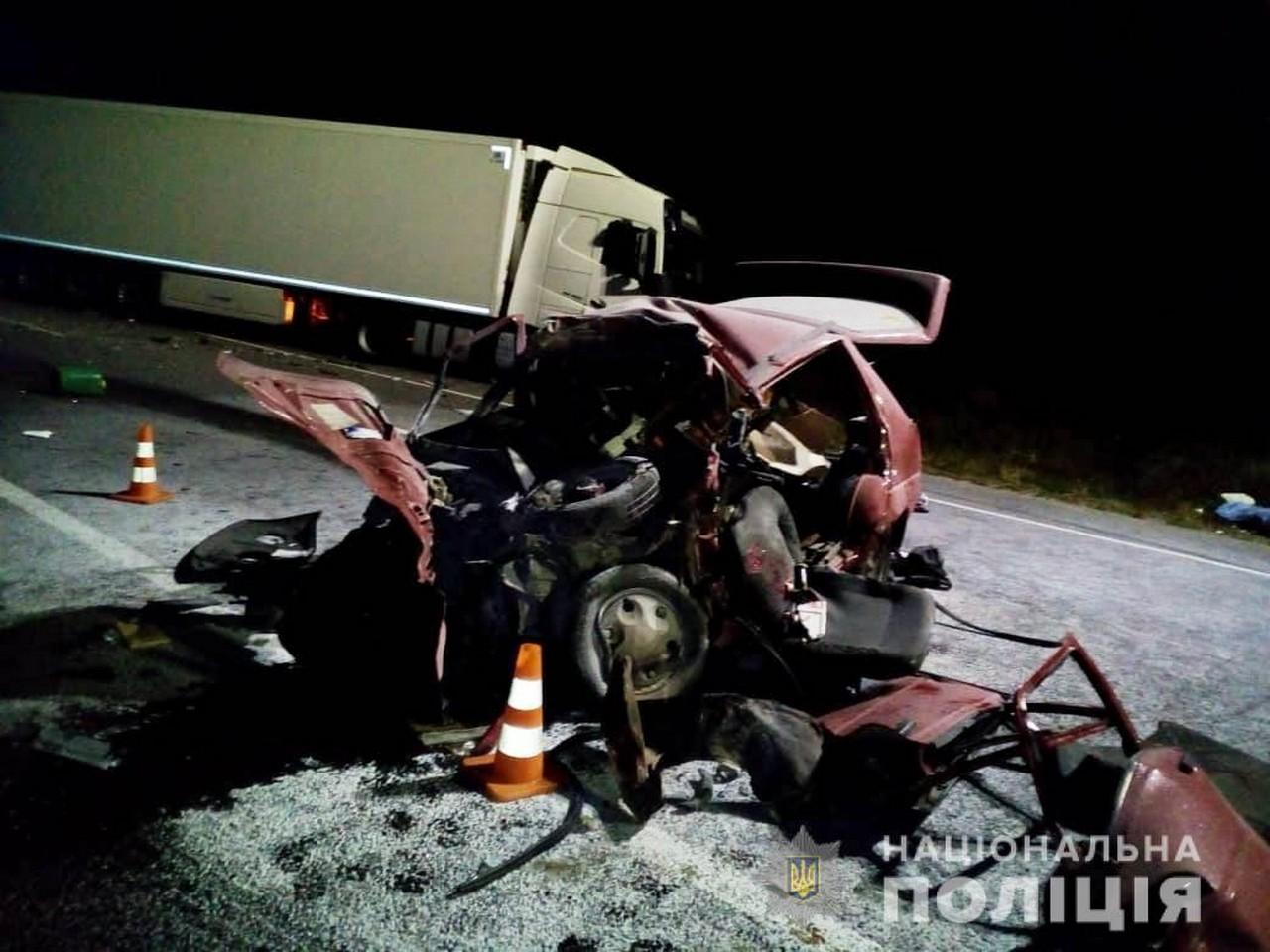 Біля села Березіно, що на Вінниччині, сталася смертельна ДТП. Зікнулися вантажівка, якою керував 59-річний закарпатець, та легковик, під керуванням 36-річного чоловіка