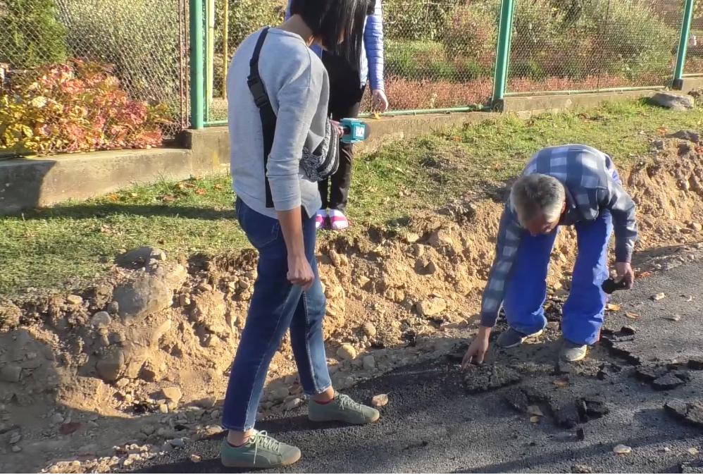 У селі Сімер на Перечинщині місцеві мешканці обурені ремонтом дороги. Новенький асфальт розсипається