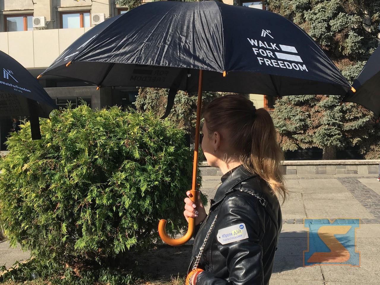 """В Ужгороді на площі Поштовій стартувала акція """"Хода за свободу"""", мета якої привернути увагу до проблеми торгівлі людьми"""