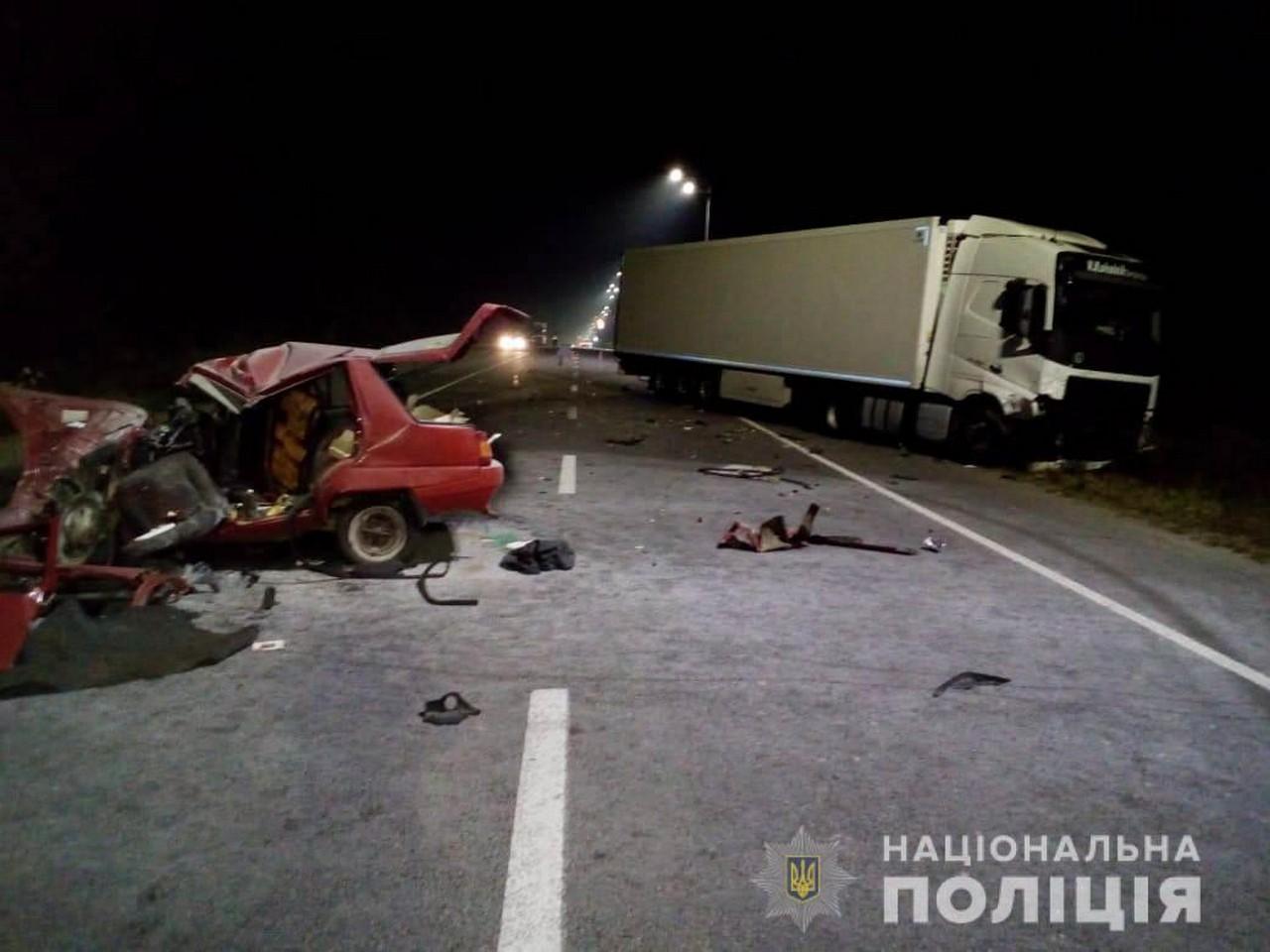 На Барському шосе, неподалік Вінниці, зіткнулися вантажівка і легковик. Водій Таврії загину, далекобійник із Закарпаття не постраждав