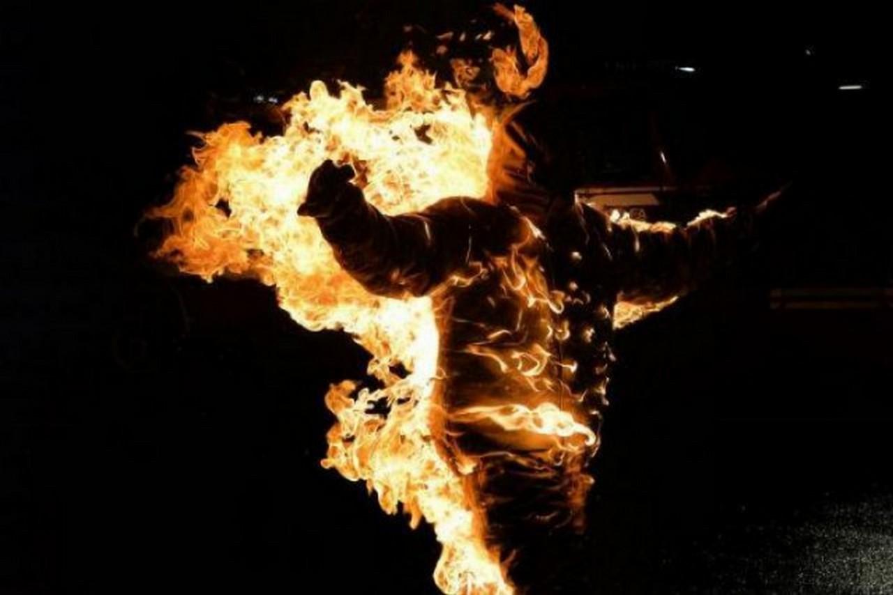 У місті Рахів, що на Закарпатті, чоловік облився легкозаймистою рідиною і підпалив себе