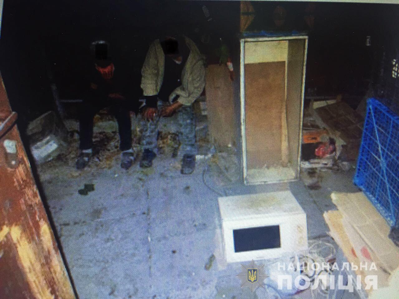 У Мукачеві двоє чоловіків увірвались у будинок і пограбували власника
