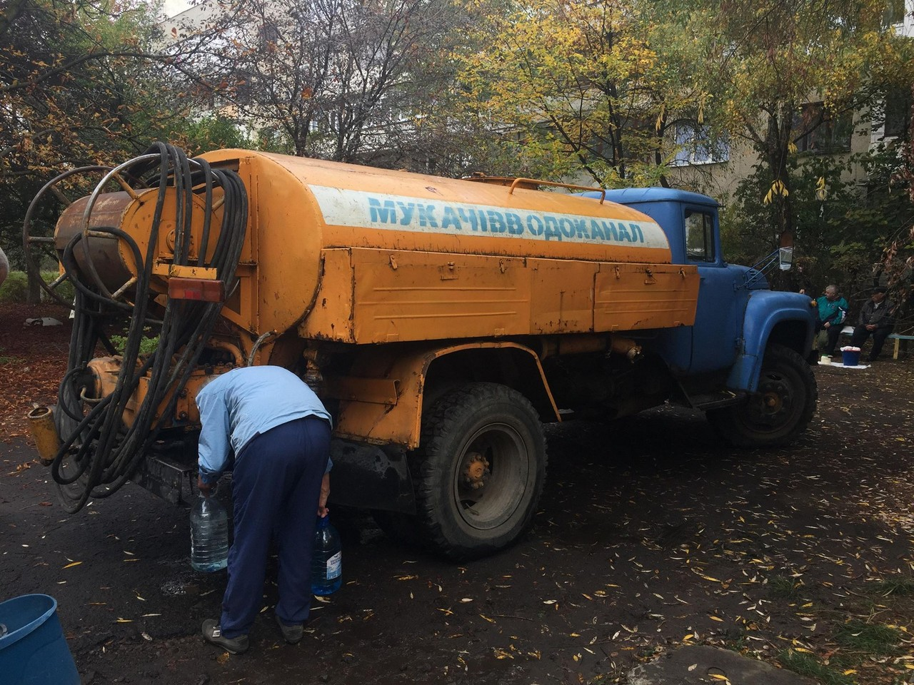 """""""Мукачівводоканал"""" завершує роботи на вулиці Молодіжній у Мукачеві. Жителі міста чотири дні були без води"""