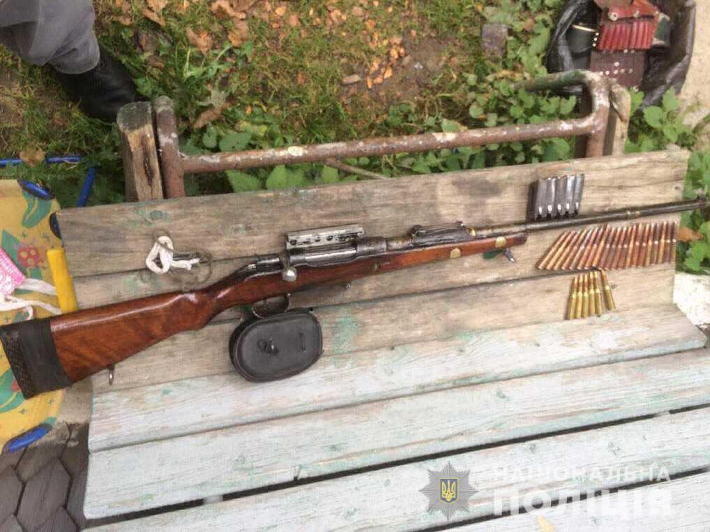Поліція селища Дубове вилучила у жителі Усть-Чорної нелегальну зброю