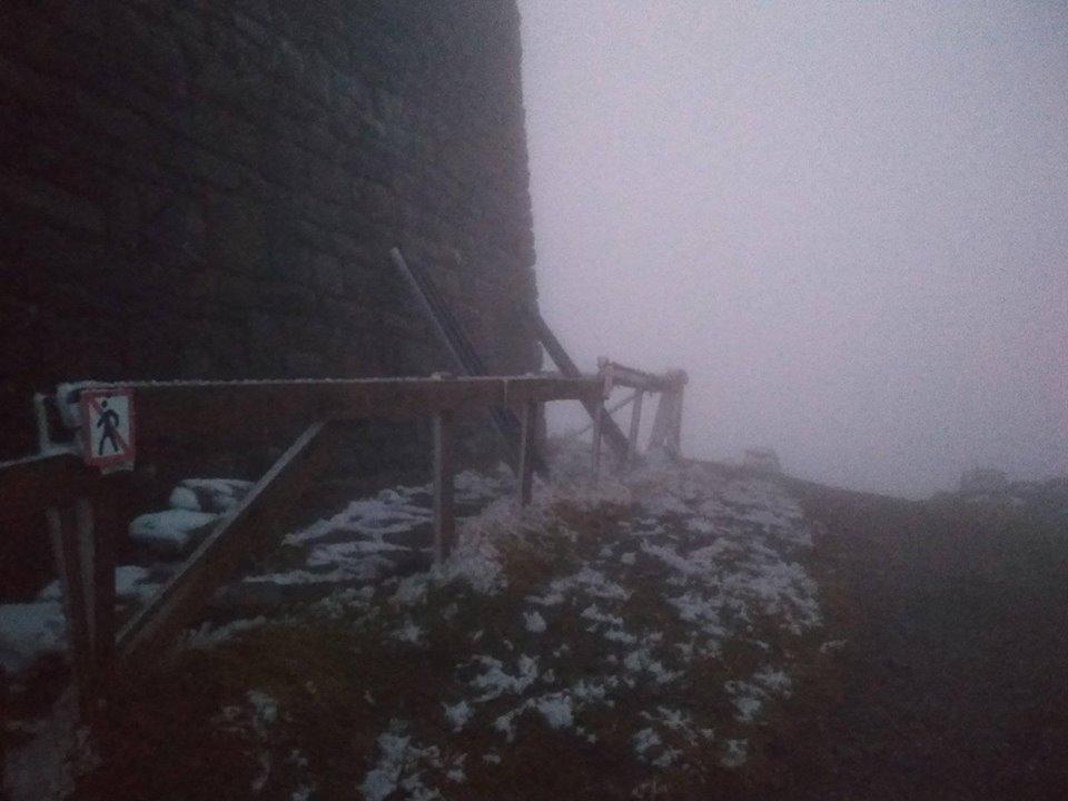 На горі Піп Іван Чорногірський, що у Карпатах, випав мокрий сніг