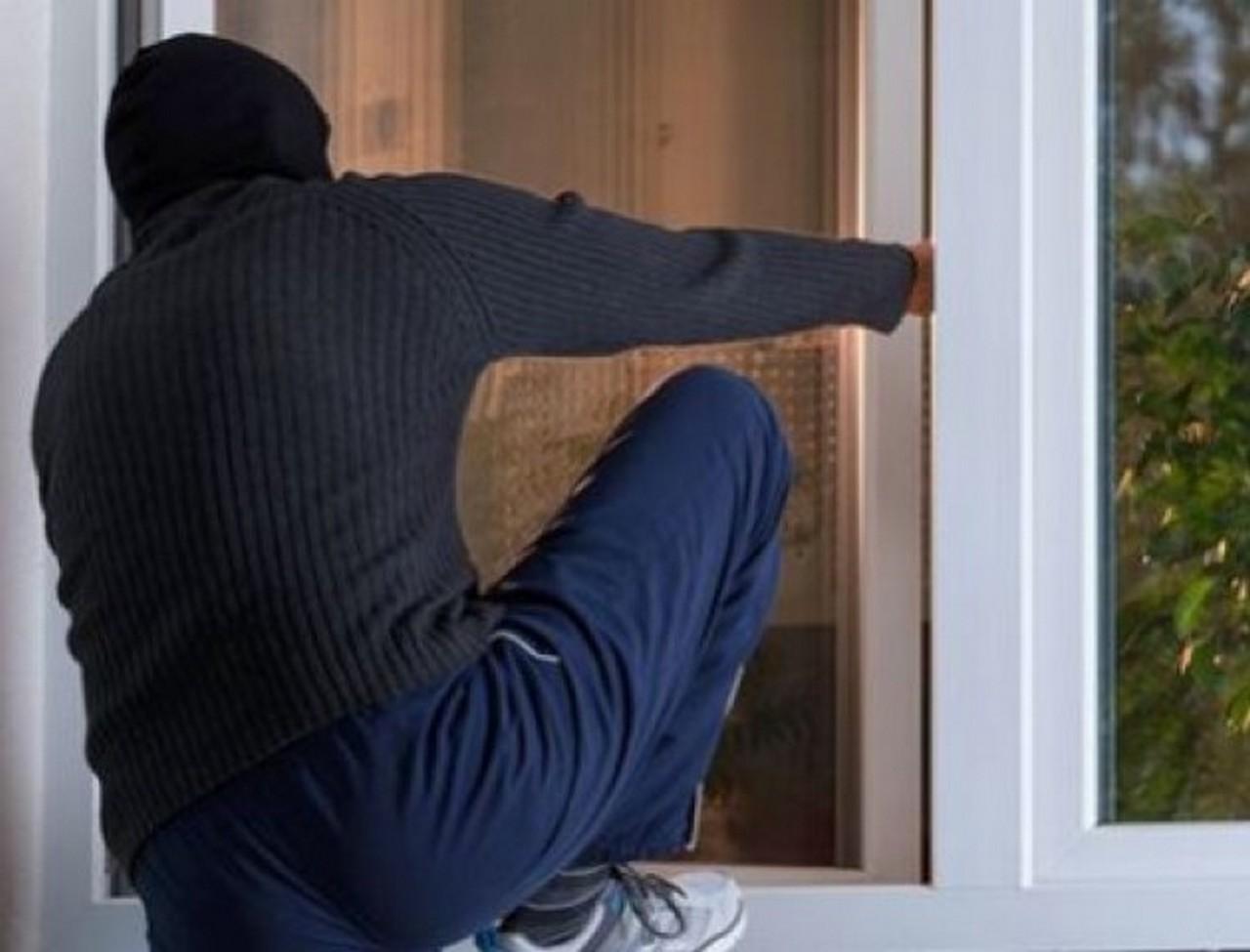 34-річний мукачівець через незачинене вікно проник у будинок і вкрав звідки ноутбук