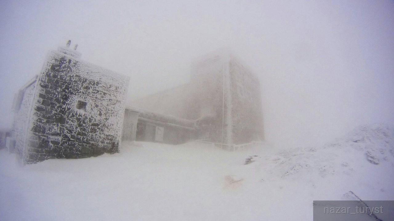На горі Піп Іван Чорногірський падає сніг, а температура впала до 8 градусів морозу