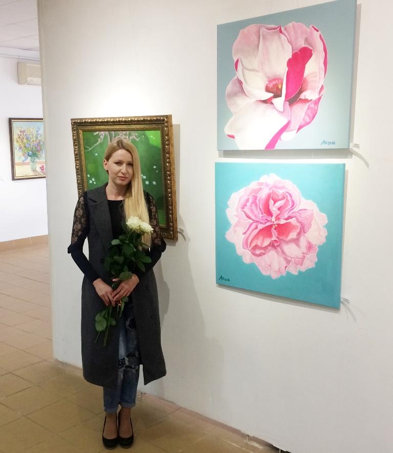 Доцент кафедри міжнародних відносин Східно-європейського слов'янського університету Любов Павлишин презентувала на розсуд публіки свої картини