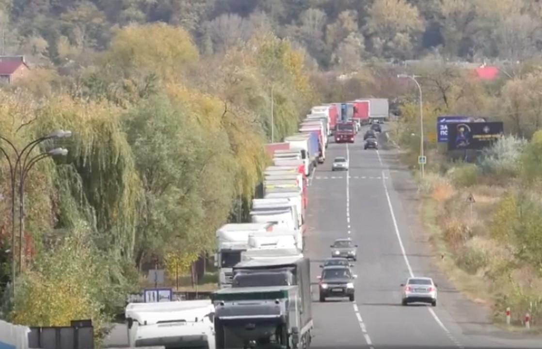 Біля українсько-словацького кордону утворилася 3-кілометрова черга з вантажівок