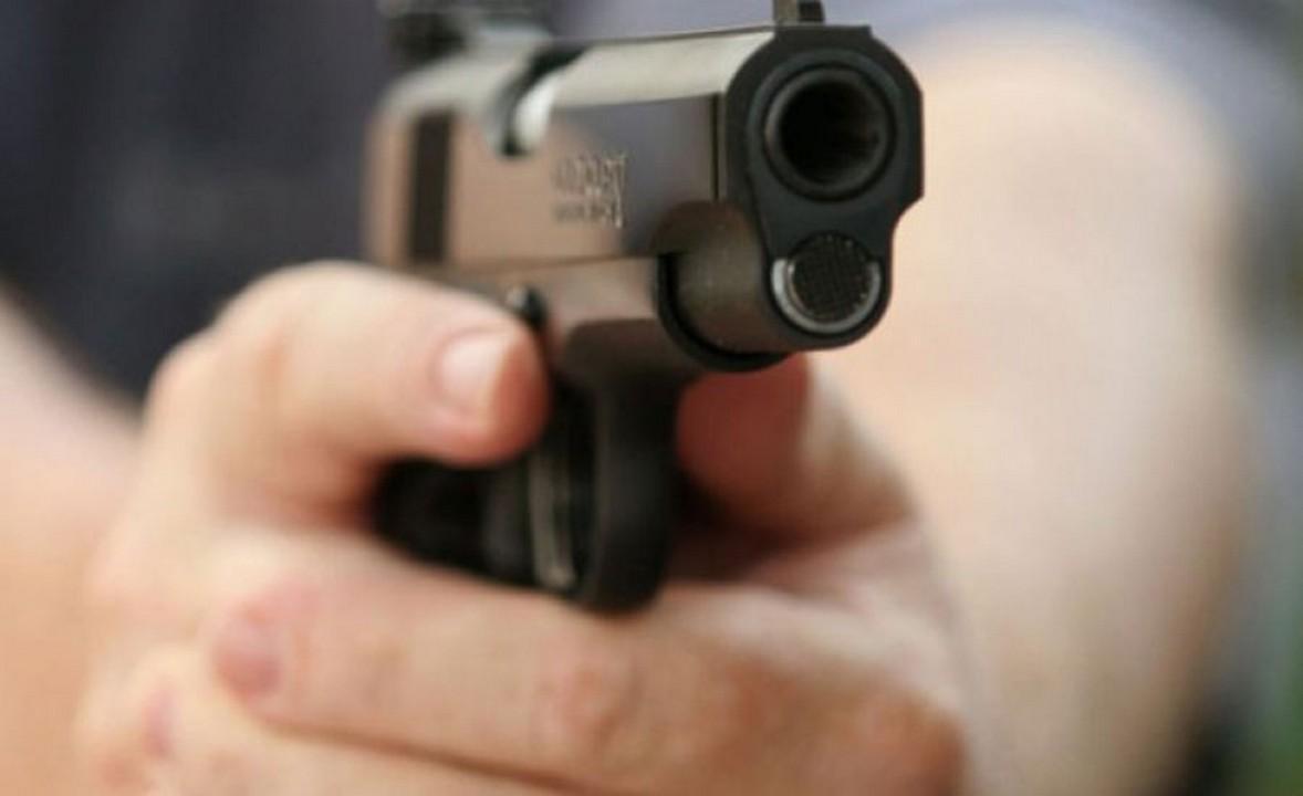 В Ужгороді 31-річний чоловік проник у обмінник і погрожував працівниці пістолетом, вимагаючи гроші